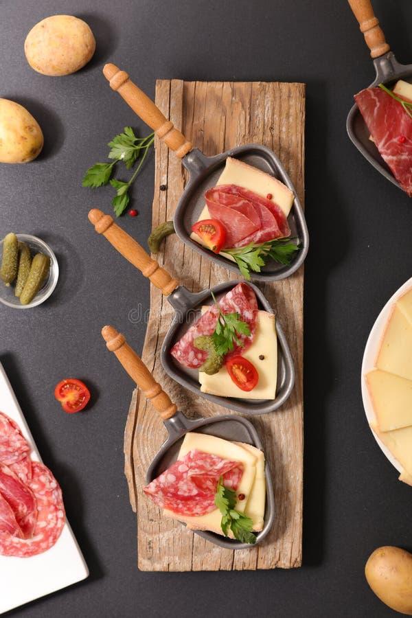 Partido del queso de Raclette fotografía de archivo