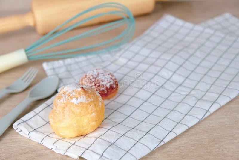 Partido del verano de la receta de la panadería en casa Comida del pastel de queso con el rodillo en fondo de madera Relaje la af foto de archivo libre de regalías