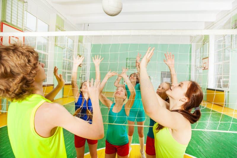 Partido del voleibol en gimnasio de la escuela fotos de archivo