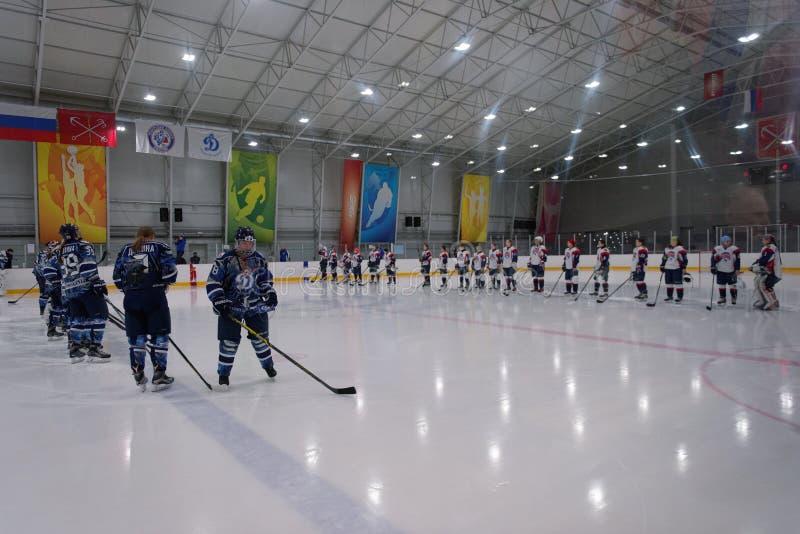 Partido Dinamo St Petersburg del hockey sobre hielo de las mujeres contra Biryusa Krasnoyarsk foto de archivo