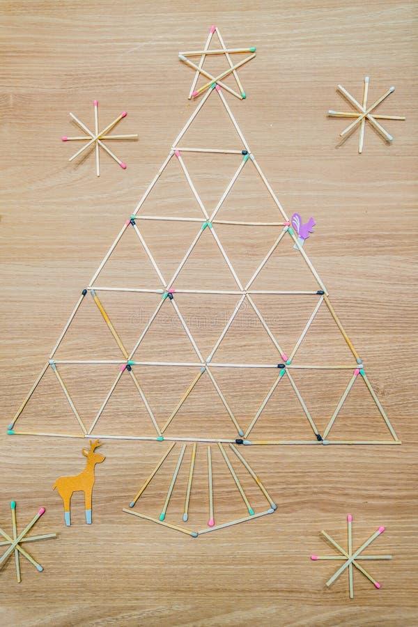 Partido dispuesto a la palabra de ?feliz Christma ?, y ?rbol de navidad fotos de archivo