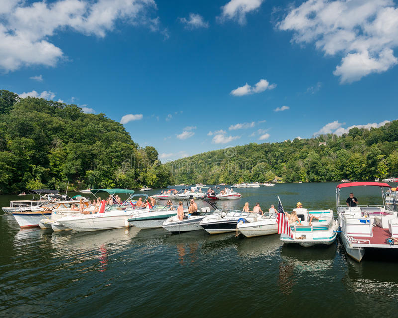 Partido do esporte de barco do Dia do Trabalhador no lago Morgantown WV cheat imagem de stock royalty free