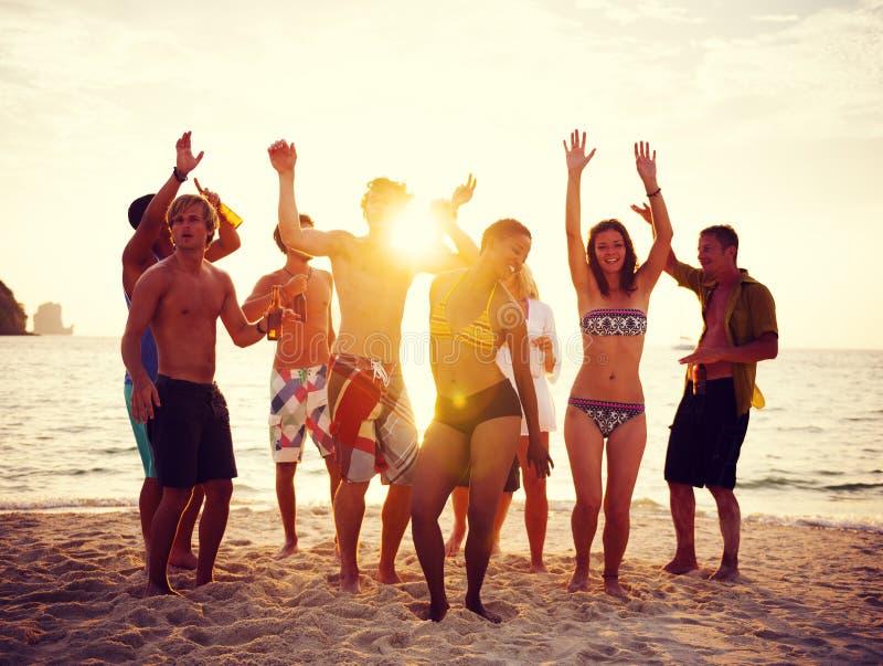 Partido do grupo de pessoas na praia imagem de stock