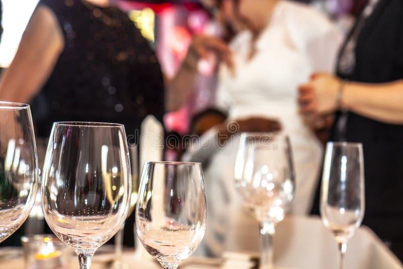 Partido e vidros com o convidado no fundo fotografia de stock royalty free