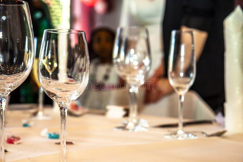 Partido e vidros com o convidado no fundo imagens de stock royalty free