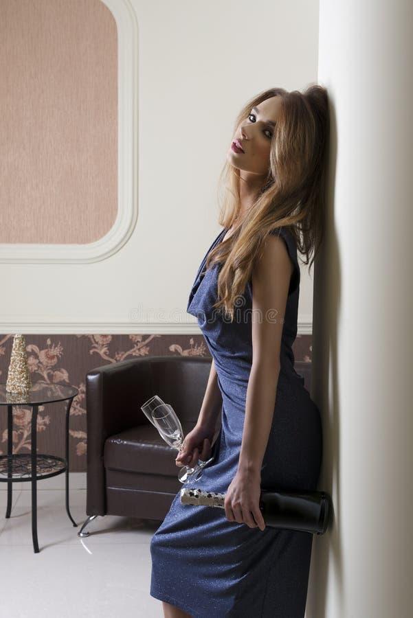 Partido elegante de espera da mulher fotografia de stock royalty free