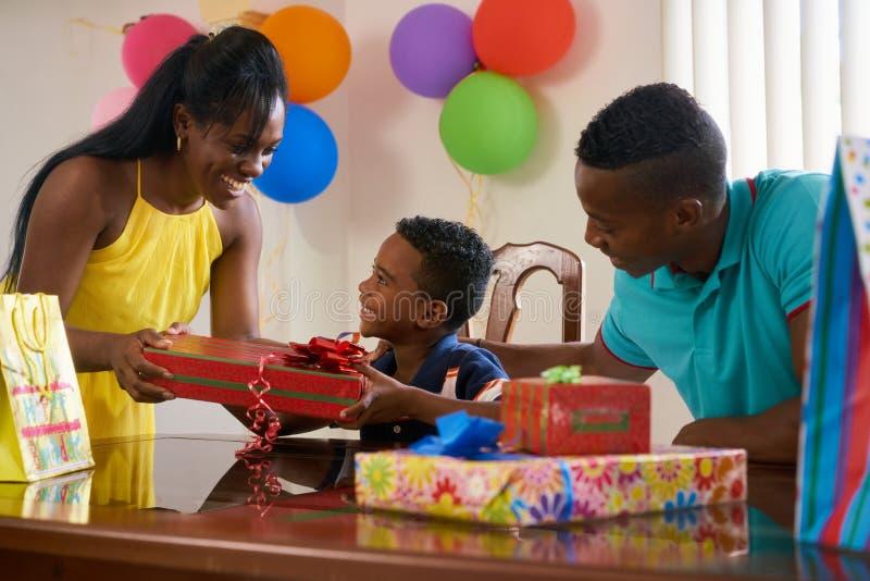 Partido em casa com pai feliz Mother Child Celebrating Birthda foto de stock royalty free