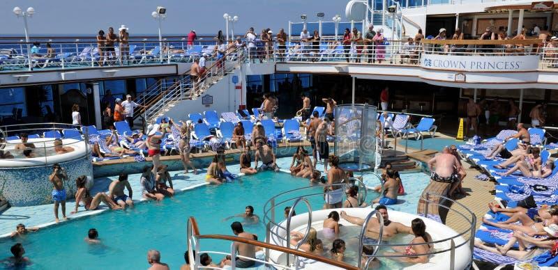 Partido en el barco de cruceros del poolside fotos de archivo libres de regalías