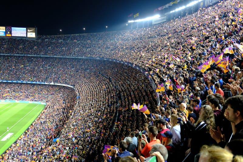 Partido entre clubs del fútbol de Barcelona y de Real Sociedad en el estadio Camp Nou foto de archivo libre de regalías