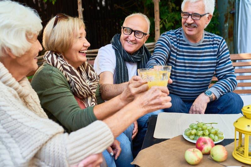 Partido exterior para amigos superiores fotos de stock royalty free