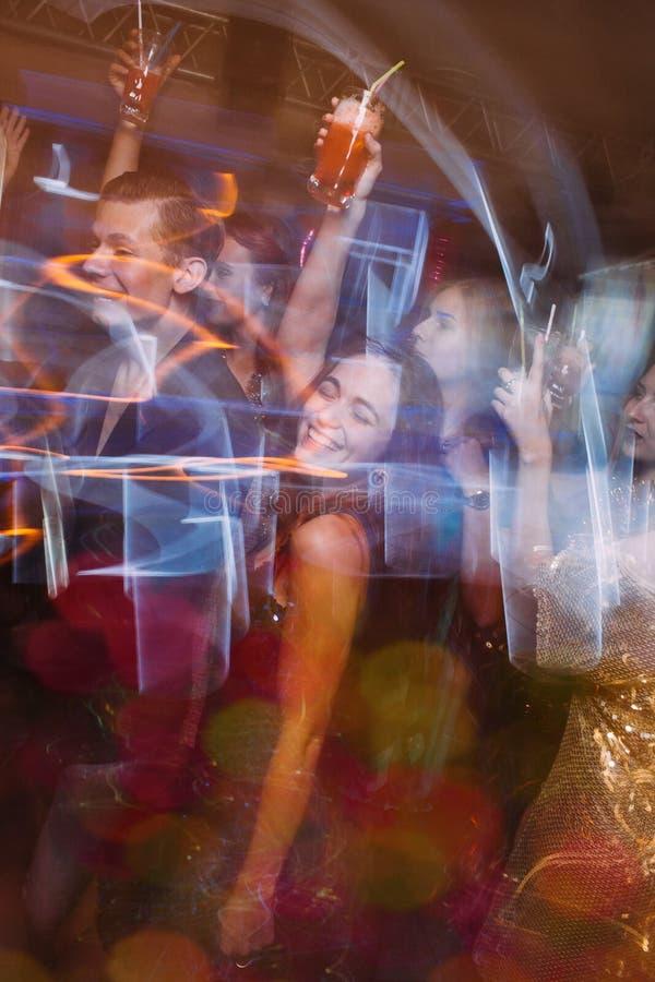 Partido feliz en el club de noche en el movimiento borroso foto de archivo libre de regalías