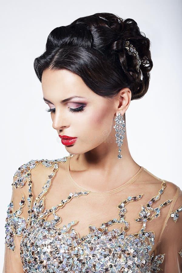Partido formal. Modelo de forma lindo no vestido brilhante cerimonial com joias fotografia de stock royalty free