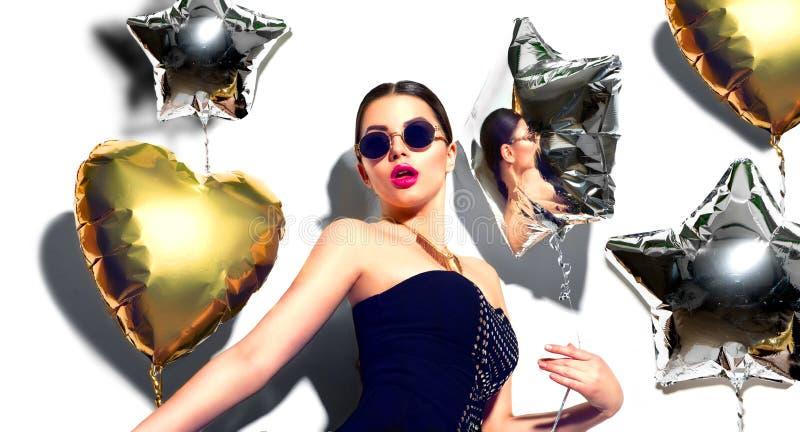 Partido A menina modelo da beleza com coração e a estrela coloridos deu forma a balões fotografia de stock royalty free