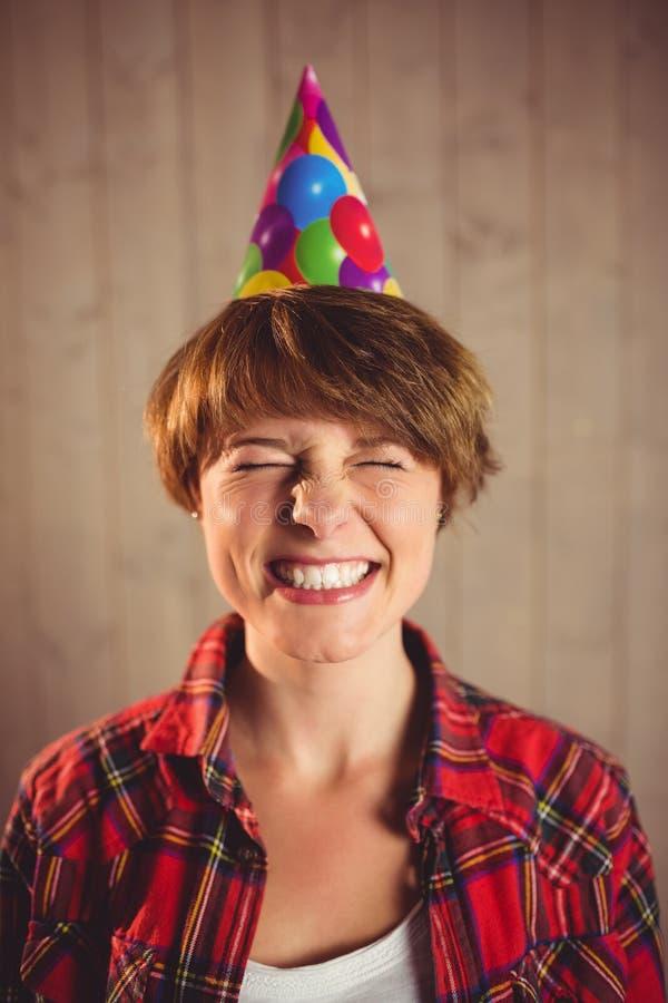 Partido vestindo do chapéu da jovem mulher atrativa imagem de stock royalty free