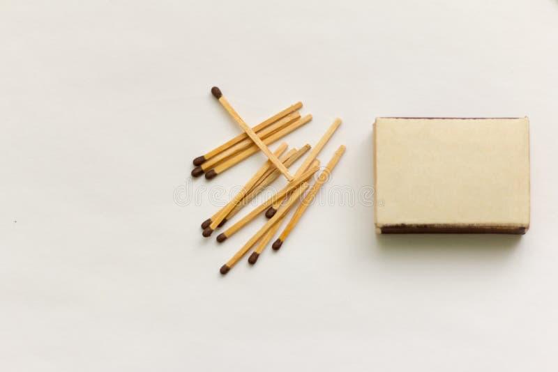 Partidos, caja de cerillas y los partidos dispersados en un fondo blanco fotografía de archivo libre de regalías