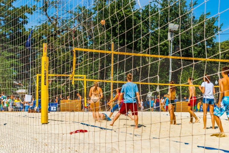 Partidos de balonvolea de playa en el parque de Moscú Gorki foto de archivo