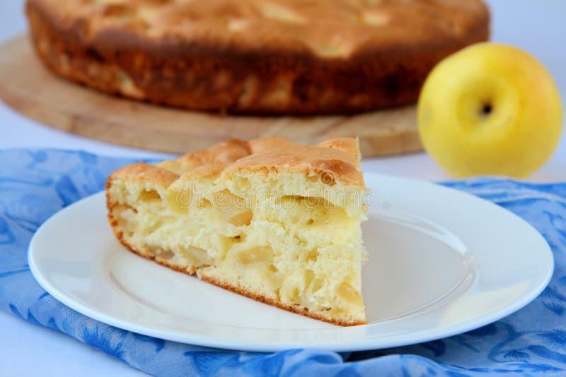 Partie assez savoureuse de gâteau aux pommes image stock