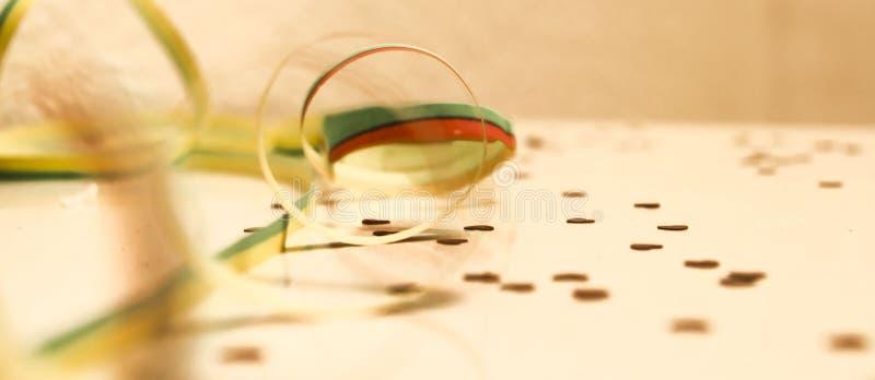 Partie avec des confettis sur une table blanche image stock