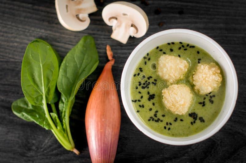 Partie délicieuse de soupe à crème de champignon photo stock