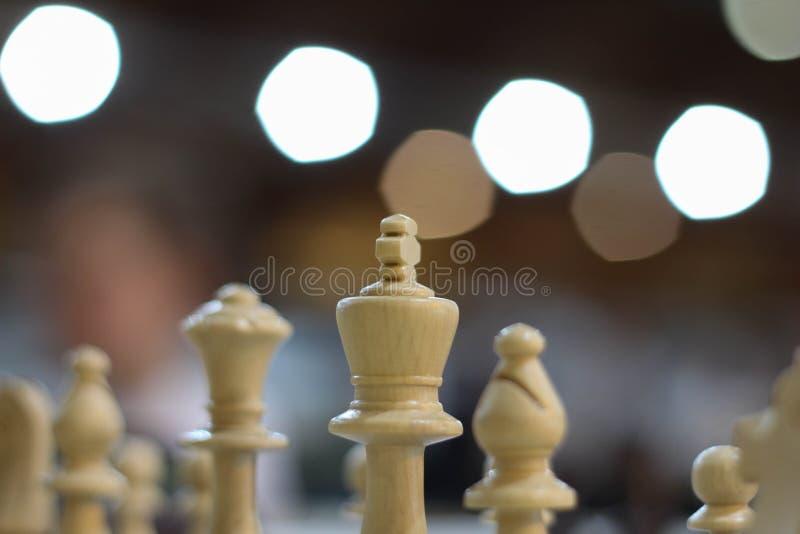 Partie d'échecs d'échecs Échecs Conseil blanc avec des chiffres d'échecs là-dessus Cerveau, stratégie et succès Concept de planif image libre de droits