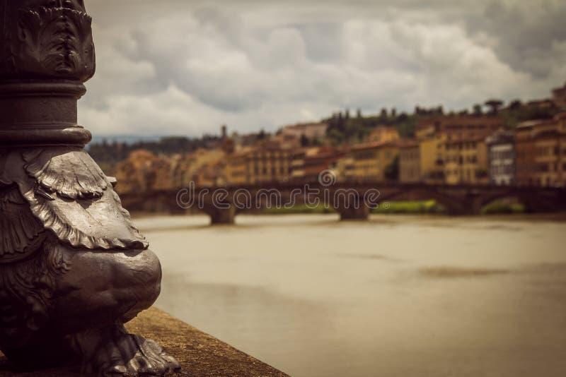 Partie d'un appareil d'éclairage à côté de la rivière Vue panoramique de la ville de Florence unfocused photos libres de droits