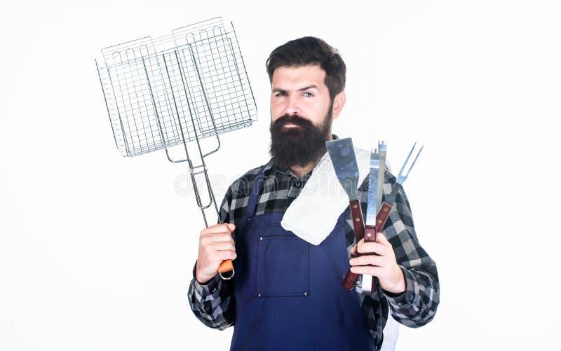 Partie de barbecue Cuisinier de gril utilisant le barbecue portatif faisant cuire des outils Hippie heureux tenant des outils d'a image stock