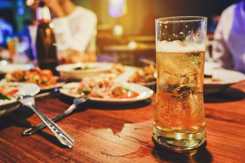 Partie de bière et apprécier heureux grillé de poulet en partie photo stock
