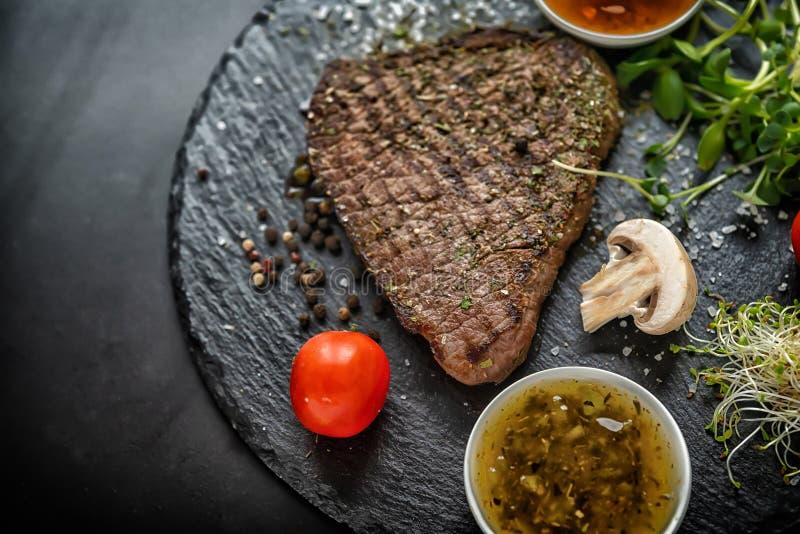 Partie de bifteck grillé chevronné avec des pousses photo libre de droits