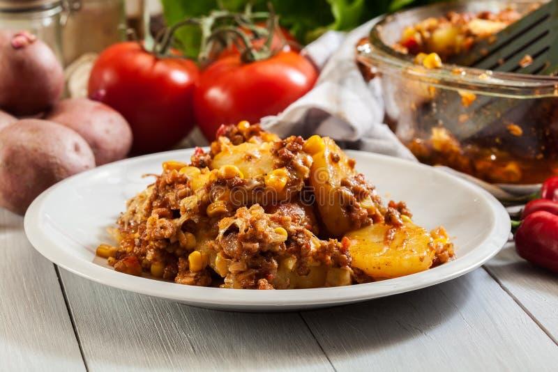 Partie de cocotte en terre mexicaine de pomme de terre avec de la viande hachée photographie stock