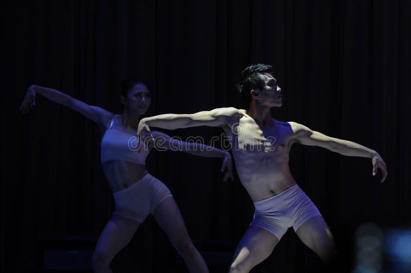 Partie de concert d'obtention du diplôme de classe de danse de l'université -2011 de la Chine Jiaotong de garçon-est de danse mod images libres de droits