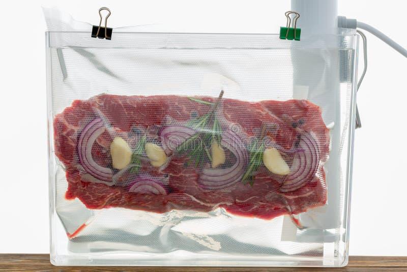 Partie de cuisson plate de sous-vide de bifteck de boeuf de fer photographie stock libre de droits