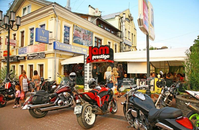 Partie de cycliste dans le café légendaire dans Nijni-Novgorod image libre de droits