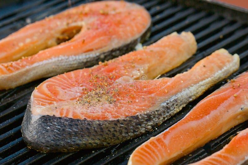Partie de filet saumoné frais sur un gril photographie stock libre de droits