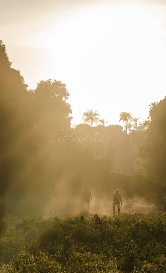 Partie de football africaine sur l'île tropicale Bubaque pendant le coucher du soleil avec la lumière, les rayons du soleil et la photo stock