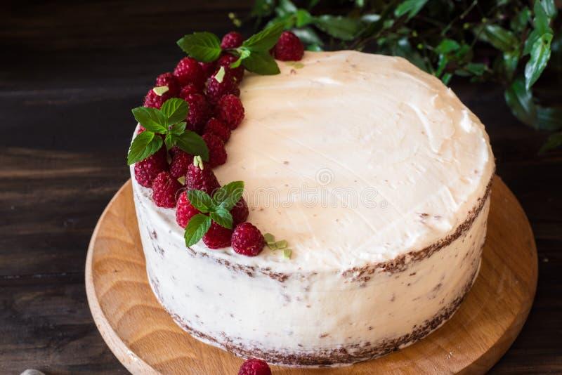 Partie de gâteau crémeux posé de fruit avec dans la fin vers le haut de la vue Gâteau de framboise avec du chocolat Gâteau de cho photos stock