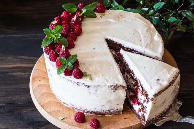 Partie de gâteau crémeux posé de fruit avec dans la fin vers le haut de la vue Gâteau de framboise avec du chocolat Gâteau de cho images stock