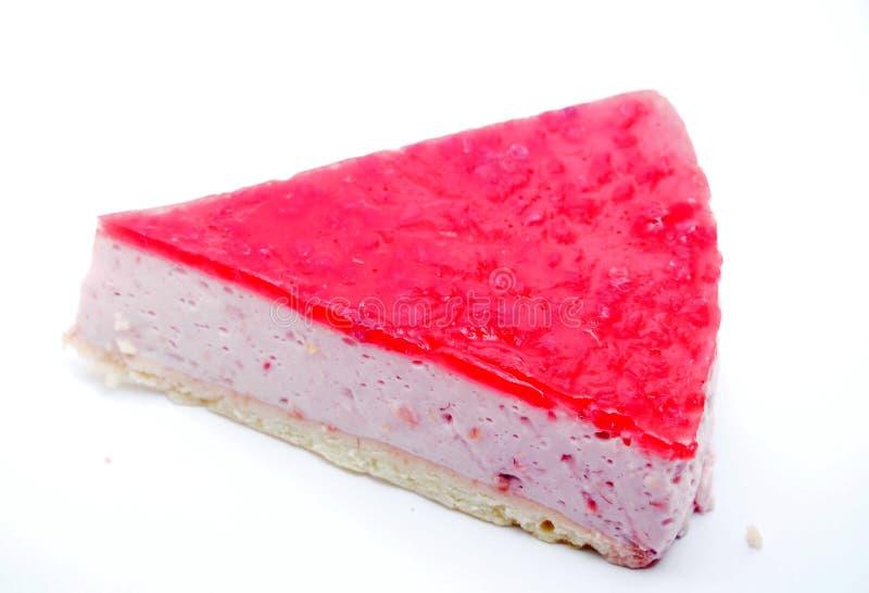 Partie de gâteau sur le fond blanc Gâteau au fromage avec la gelée de framboise photo stock