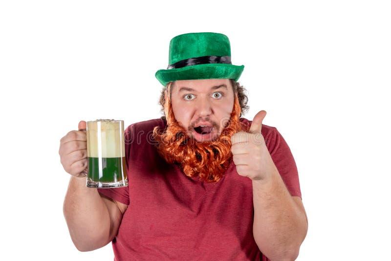 Partie de jour de Patricks Portrait du gros homme drôle tenant le verre de bière sur St Patrick photos libres de droits