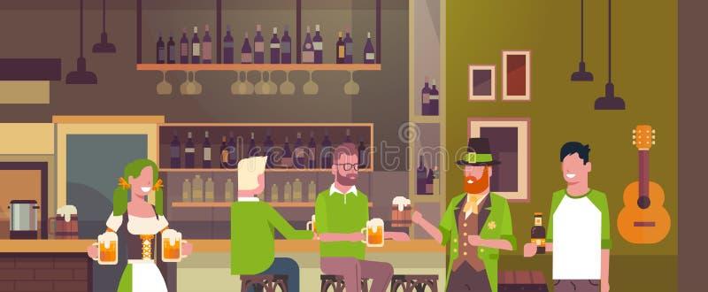 Partie de jour de St Patricks dans le groupe de personnes de concept de bar irlandais utilisant les chapeaux verts et buvant de l illustration de vecteur