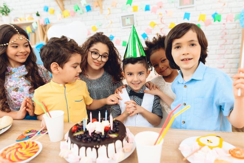 Partie de joyeux anniversaire Petits enfants sur des célébrations d'anniversaire Concept d'anniversaire photos libres de droits