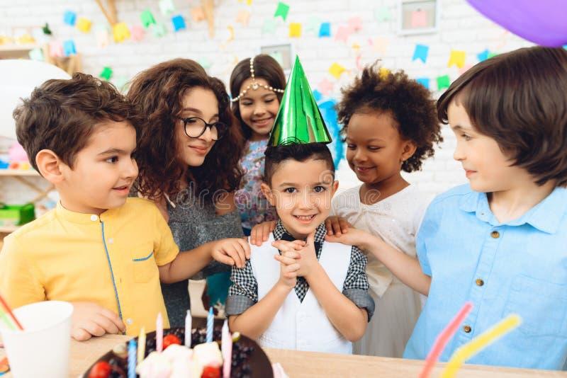 Partie de joyeux anniversaire Petits enfants sur des célébrations d'anniversaire Concept d'anniversaire image stock