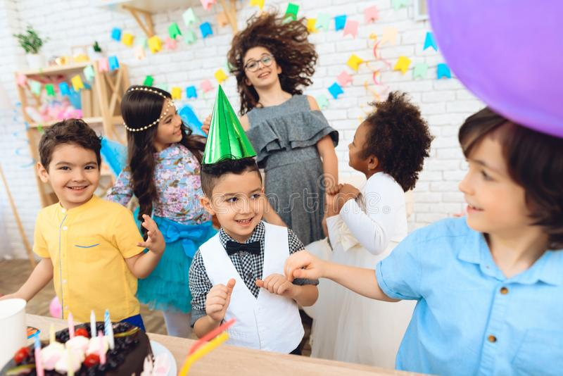 Partie de joyeux anniversaire Petits enfants joyeux sur des célébrations d'anniversaire Concept d'anniversaire image libre de droits