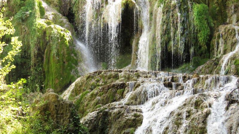 Partie de la cascade de cascade Krushuna Bulgarie en été photographie stock libre de droits