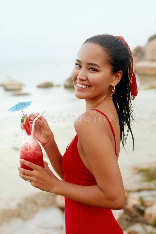 partie de plage Belle femme avec le cocktail exotique dans des mains images stock