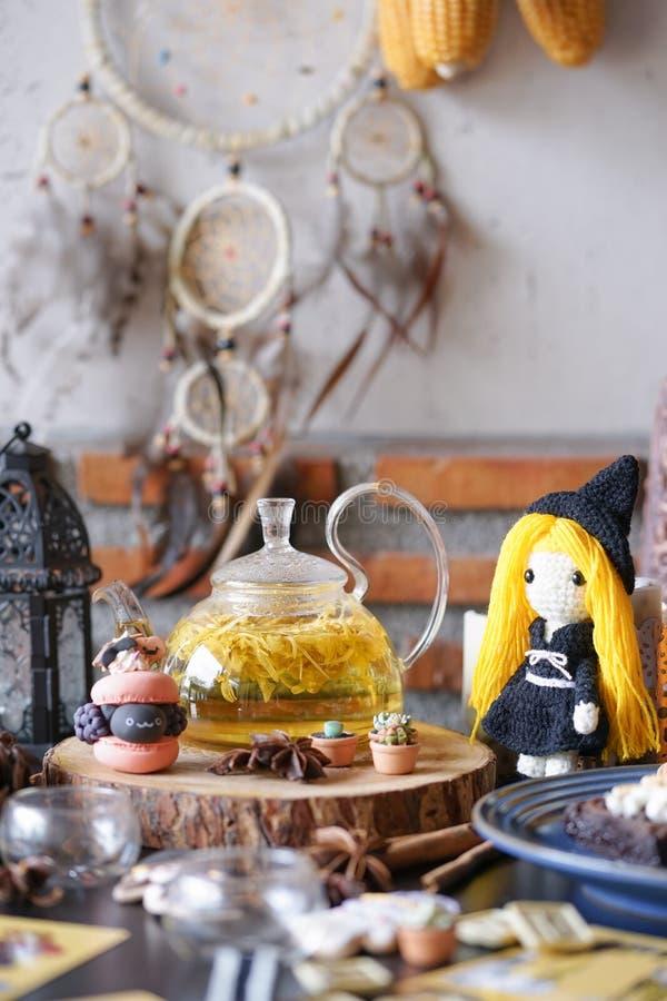 Partie de sorcellerie de Halloween avec le thé d'après-midi et le macaron de fines herbes photographie stock libre de droits
