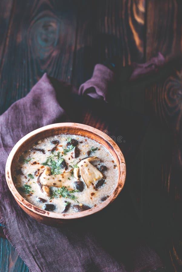 Partie de soupe à champignons crémeuse photos libres de droits