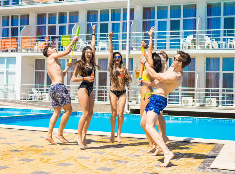 Partie des amis à la piscine smimming photos libres de droits