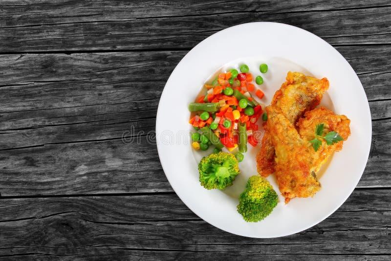 Partie du poisson de mer cuit à la friteuse par pâte lisse d'or photos libres de droits