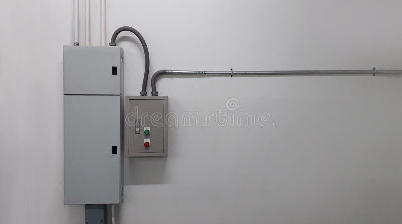 Partie et accessoires électriques dans le coffret de contrôle photo stock