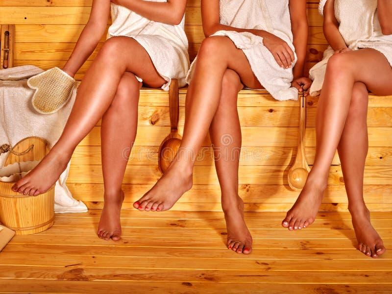 Partie inférieure de pieds femelles dans le sauna images stock